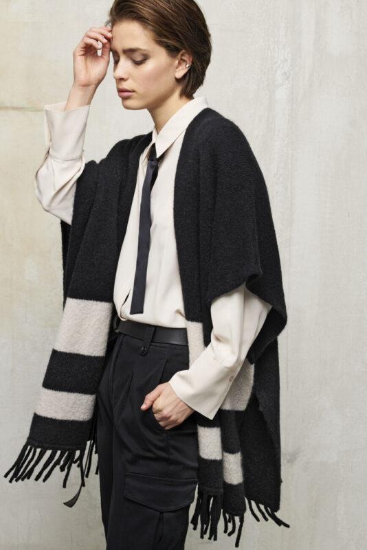 peleryna wełniana sweter na guziki z fredzlami butik luisa bydgoszcz