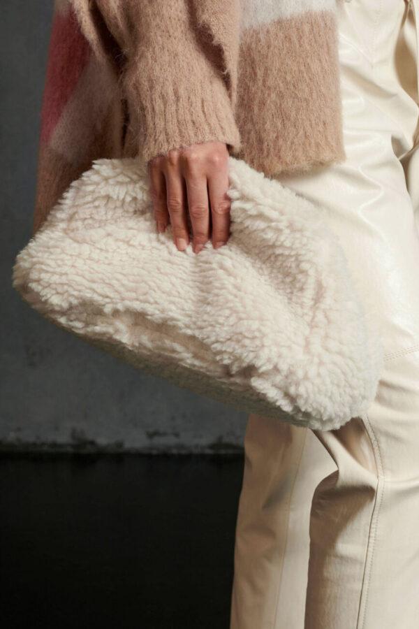 Kopertówka wykonana ze sztucznego futerka, zapinana na zamek błyskawiczny i długi pasek z ekoskóry. Wnętrze wyłożone czystą bawełną.